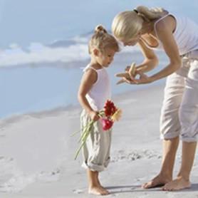 mom-daughter-beach